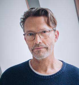 """Open Air-Buchvorstellung mit Musik - Timo Blunck mit Gast und seinem Titel """"Die Optimistin"""" @ im Hof hinter dem Lesesaal Café"""